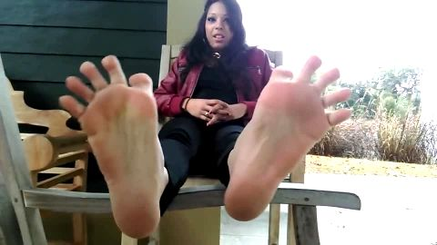 Latina with tiger designed toenails wants your worship
