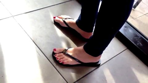 Watch these sexy feet in sandals