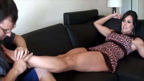 Mature foot domme makes him suck her toes