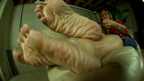Wrinkled feet with experience available for footjob