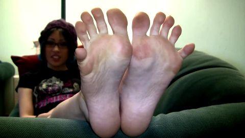 Toe spreading beautiful stoner chick