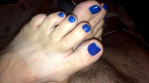 Blue toed amateur pressing cock against vibrator