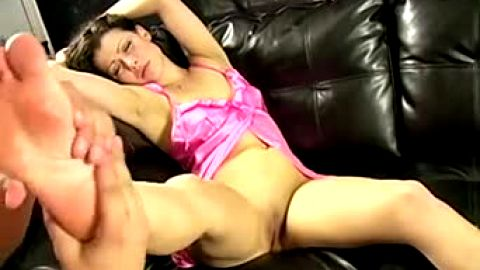 Amateur Footjob hottie really enjoys encounter