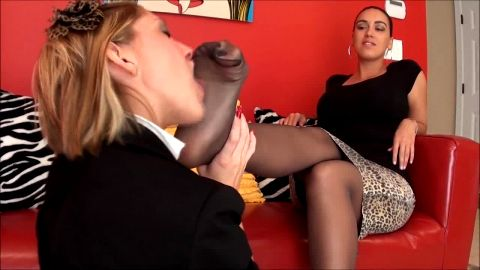 Passionate foot love between beautful women