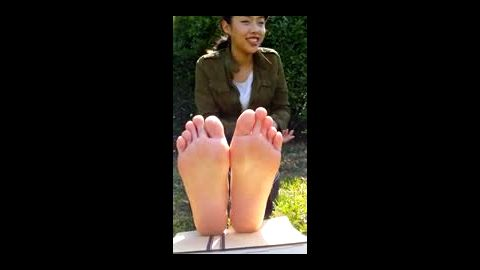 Asian amateur outdoor toe play