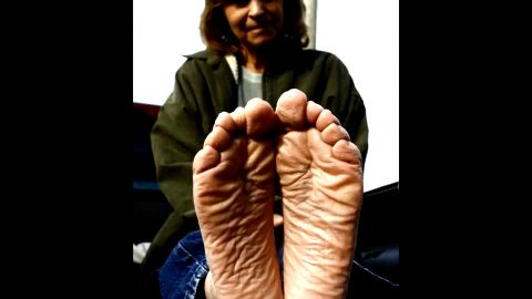 Older Woman Shows Off Her Sexy Wrinkly Bare Feet