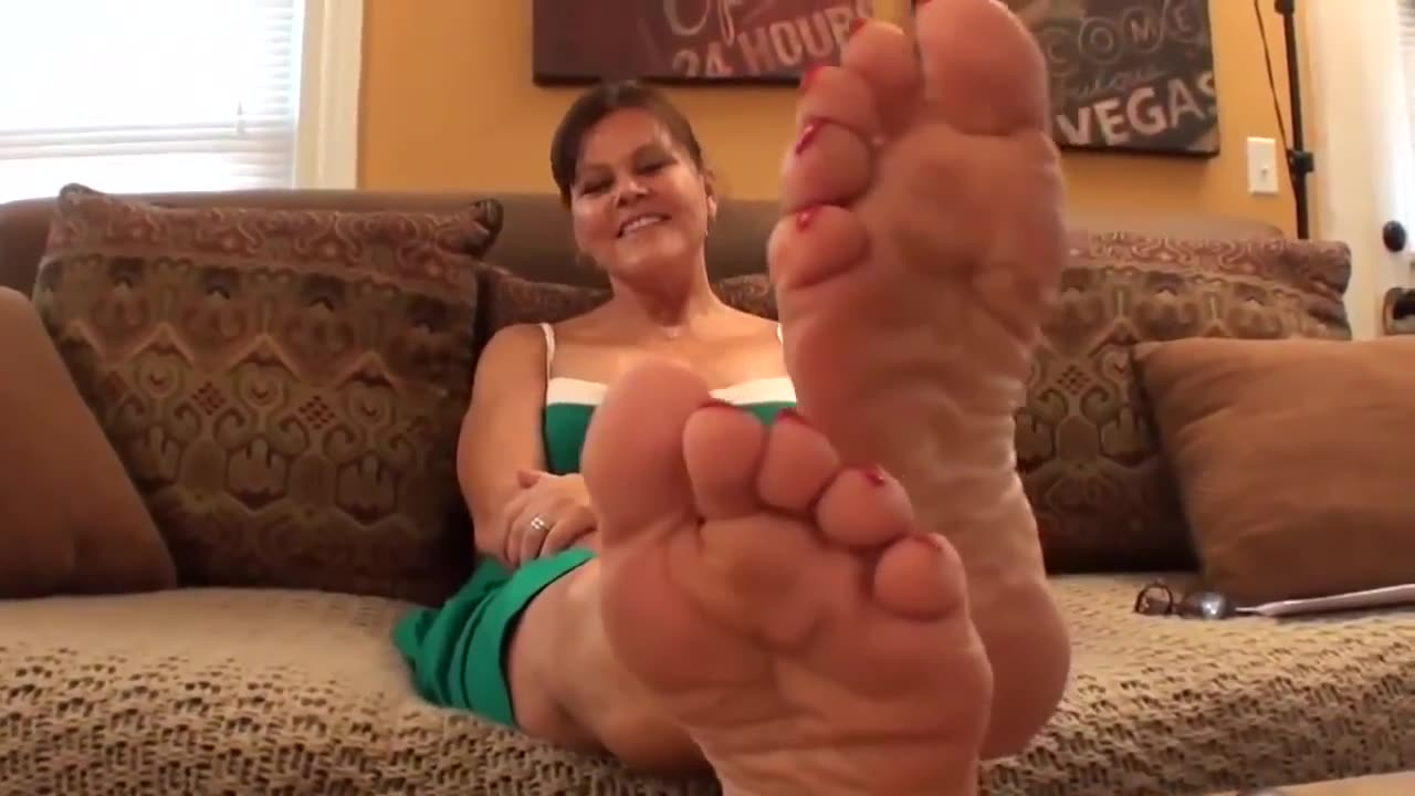 Barefoot Playful Milf Ready For A Good Time - Feet9-1345