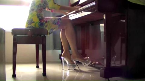 Female pianist pumping in platforms