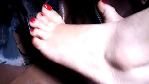 Pumping very squeaky pedals in blue flip flops