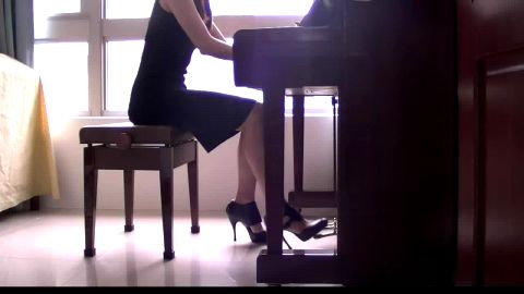 Watch This Sexy Women In Stilettos As She Plays Her Piano