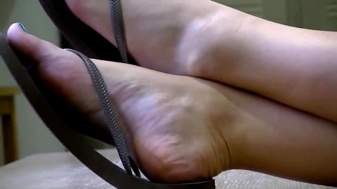 Drop-Dead Sexy Blonde Woman With Blue Toenails And Sandals Gets Her Feet Filmed
