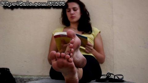 Watch her Dirty Feet while she reads