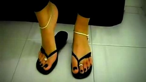 Black flip flops and sexy toerings