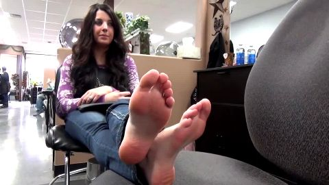 Barefoot toe wrinking cutie at hair salon