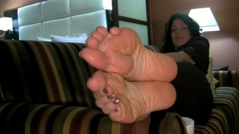 Mature toes spreading for you to enjoy