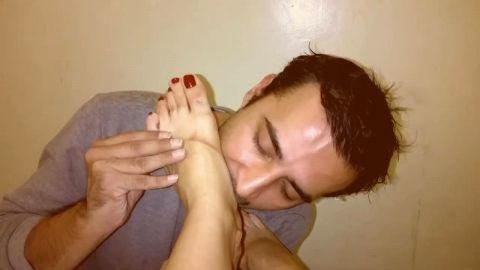 Amateur loves munching on her feet