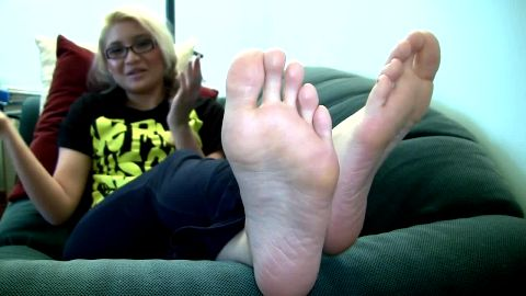 Sexy Asian lady exposes her naked feet while talking to the camera