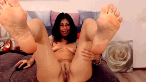 Older Webcam Latina has suckable toes and lovely pussy
