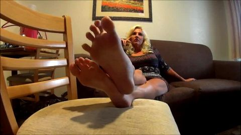 Hot bored MILF in provocative outfit exposes her lovely amateur feet