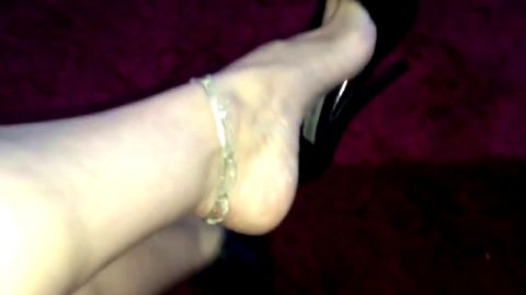 Horny MILF with sexy ankle chain enjoys playing with her shoe