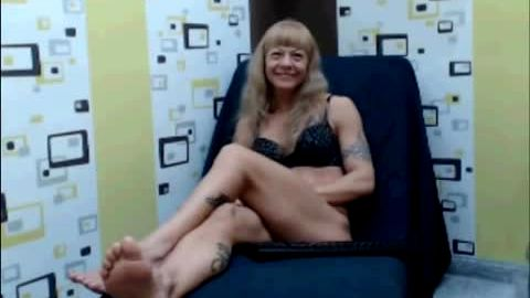 Perfect MILF shows her amazing booty and wonderful mature feet on the camera