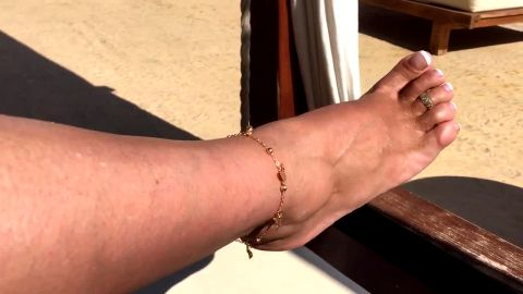 Amateur mature whore exposes her toe ring and sexy feet at the beach
