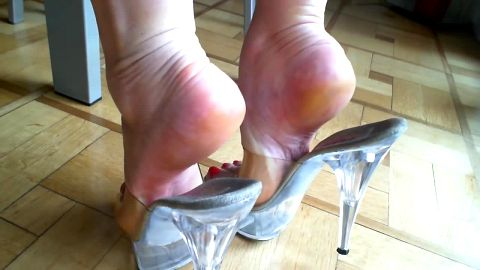 Sexy MILF in mules does some dangling in an amazing foot fetish vid