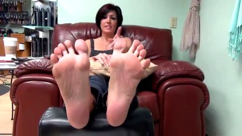 Amateur cougar gets her sexy mature feet and toes with green nail polish tickled