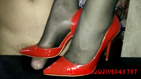 Chinese woman makes her lover happy by giving him a great shoejob