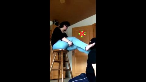 Amateur housewife gets her mature feet worshipped by a submissive male foot slave