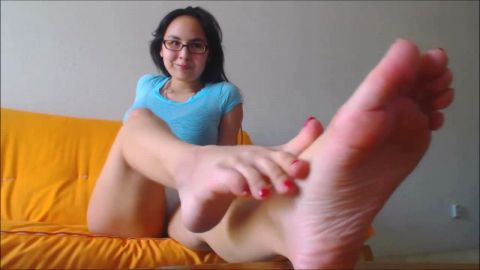 Nerdy amateur chick reveals her pretty feet and toes in solo JOI action
