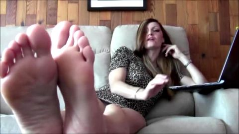 Naughty housewife in leopard dress has incredible soft white soles to show