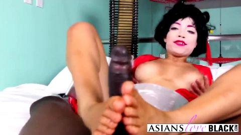 Sexy geisha Vivianna Mulino gives great footjob to a black guy