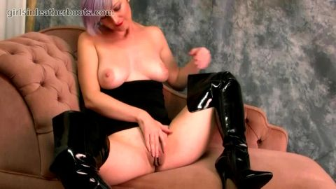 Babe with big natural tits puts on slutty leather boots and fingers amazing big juicy pussy flaps