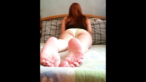 Amateur redhead showing off her spectacular soles and booty in bed