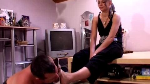 Dominant mature woman got her shoes worshipped by her sexy male slave