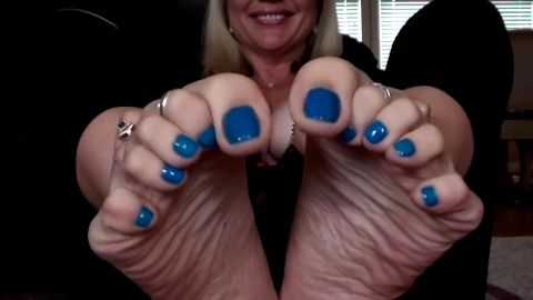Big tit mature woman with wiggling her gorgeous toes with blue nail polish