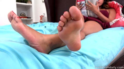 Big booty Sophia Leone gets her toes sucked during missionary fuck
