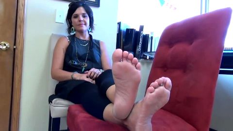 Sexy cougar in tight yoga pants shows her pretty mature feet at the office
