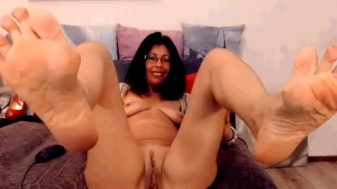 Dirty mom exposes her mature feet while massaging her sexy mature muff