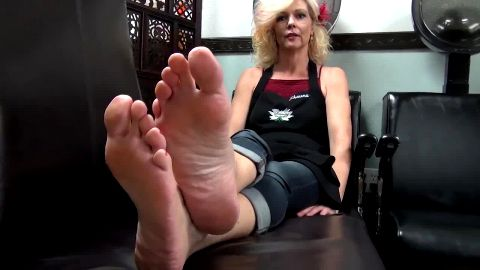 Kinky wifey showing off her fantastic mature feet at the beauty salon