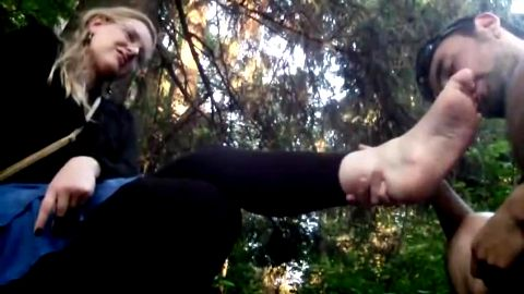 Amateur MILF gets her soles and toes worshipped by a handsome dude in the park