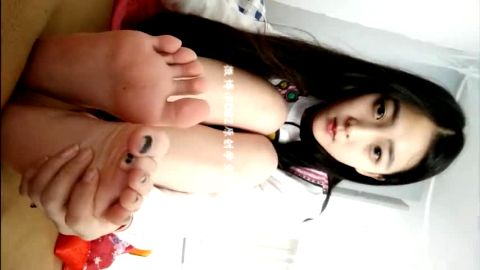 Sexy 18 year old Asian babe rubs her toes and feet on the webcam