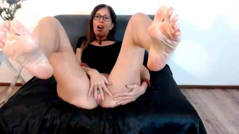 Middle aged slut shows her oily mature feet as she toys her wet snatch on the cam