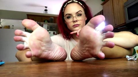 Foxy amateur housewife reveals her lovely toes and soles while chilling on the kitchen counter