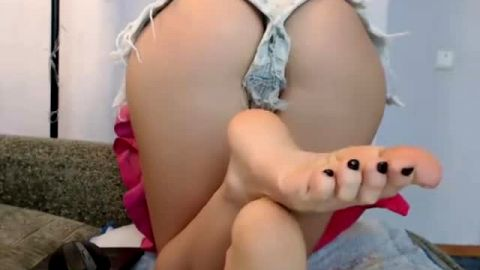 Kinky teen reveals her soft soles and meaty toyed up pussy on the webcam