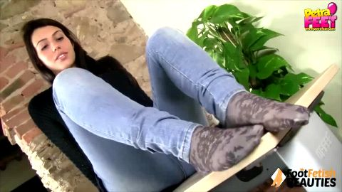 Incredible beauty dangling her shoe and revealing her perfect feet in solo scene