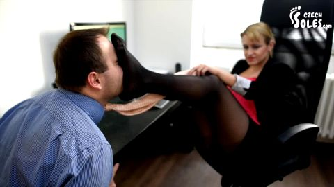 Office lady gets her feet sniffed and worshiped by her colleague (Czech Soles)