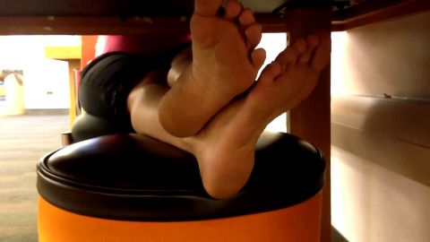Voyeur camera spots perfect naked female feet & soles in public