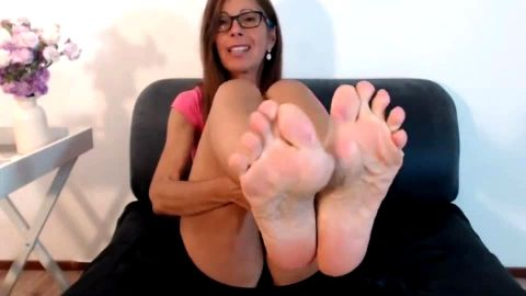 Lady with eyeglasses puts her sexy mature feet and toes on the show